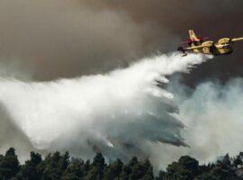 Πυρκαγιά στη Βαρυμπόμπη: Τραυματίστηκε στο μάτι ανώτατος αξιωματικός της πυροσβεστικής