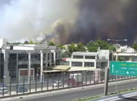 Πυρκαγιά στη Βαρυμπόμπη:  Έκλεισε η εθνική οδός – Εκκενώνονται οι βιομηχανίες