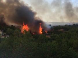 Ανεξέλεγκτη η πυρκαγιά στη Βαρυμπόμπη – Αστυνομικός εγκλωβίστηκε στις φλόγες- Προσπαθούσε να απεγκλωβίσει ζευγάρι