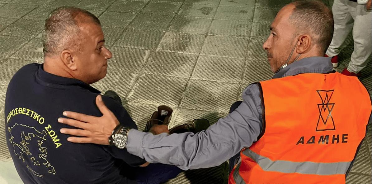 Υπάλληλος του ΑΔΜΗΕ έδωσε τα παπούτσια του σε πυροσβέστη - Τα δικά του είχαν λιώσει στη φωτιά