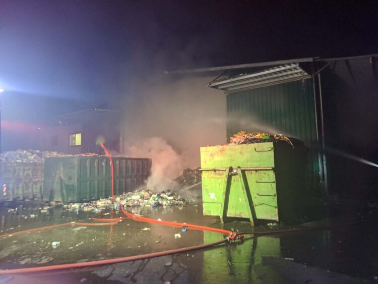 Αγρίνιο-Κινητοποίηση της Πυροσβεστικής για φωτιά σε εργοστάσιο ανακύκλωσης στη Μεγάλη Χώρα (φωτο)