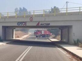 Δεν χωρούσαν τα πυροσβεστικά να περάσουν κάτω από τη γέφυρα