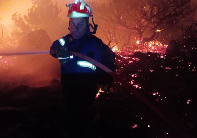 """Πυρκαγιά Κάρπαθος-Ο Πυροσβέστης Νικόλας Παραγιος: """"Δεν υπάρχει καμία κάμψη επιχειρήσεων"""""""