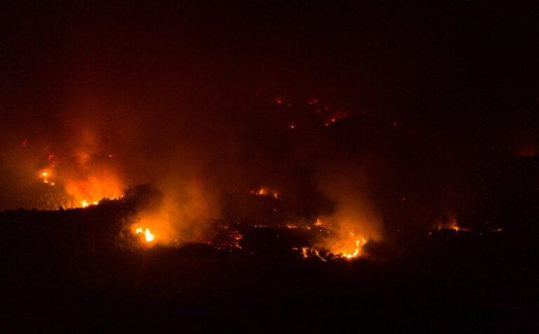 Σε εξέλιξη η πυρκαγιά στην Καστοριά