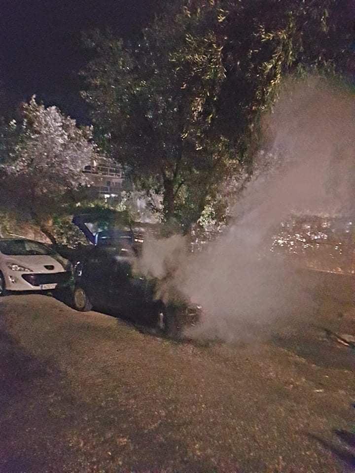 Πυρκαγιά σε Ι.Χ όχημα επι της οδού Θάλειας στη Βουλιαγμένη (Φωτο)