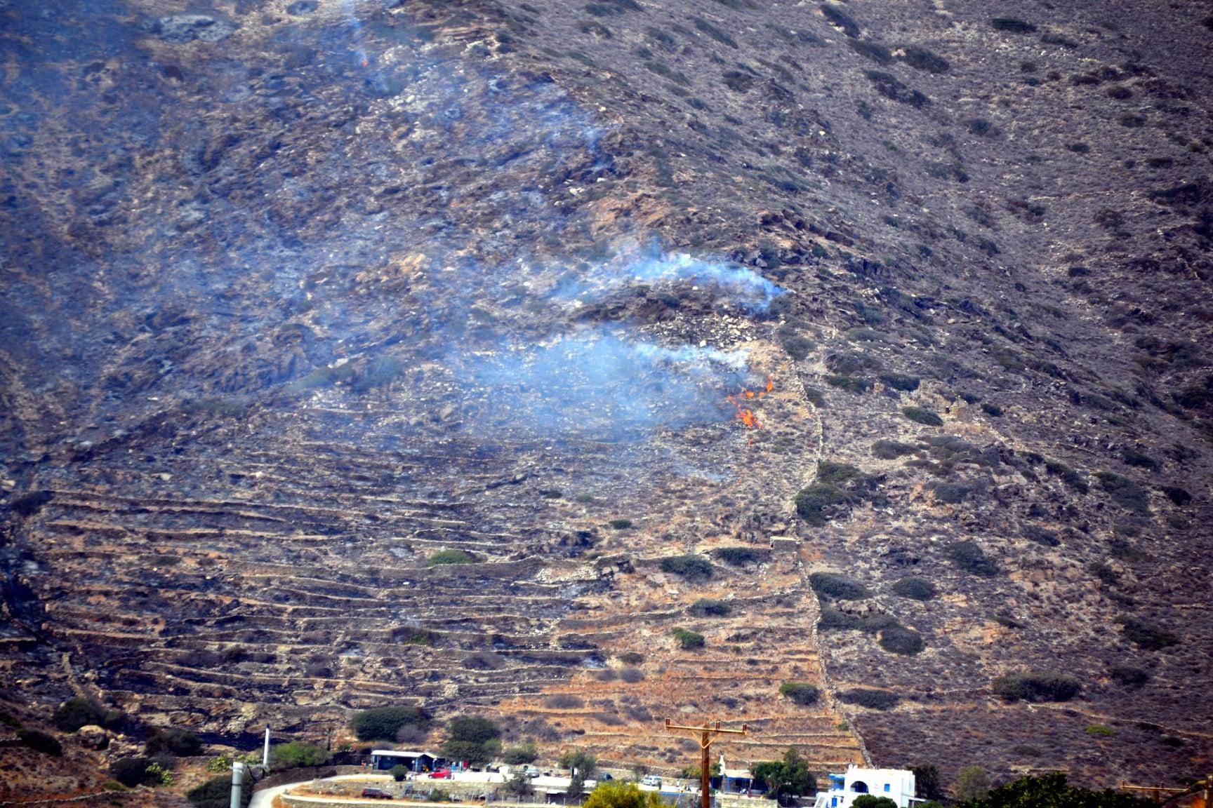 Πυρκαγιά στην Ίο – Ενισχύσεις από Νάξο (φωτο)