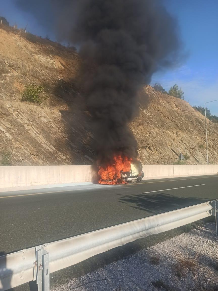 Πυρκαγιά σε επαγγελματικό όχημα μεταξύ Βέροιας – Κοζάνης (Φωτο)