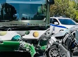 """Θανατηφόρο τροχαίο στη Λ. Φυλής – Αυτοκίνητο παρέσυρε γυναίκα και """"καρφώθηκε"""" σε λεωφορείο"""