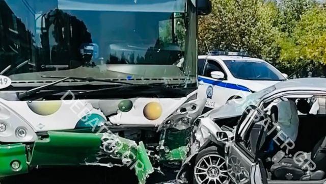 """Θανατηφόρο τροχαίο στη Λ. Φυλής - Αυτοκίνητο παρέσυρε γυναίκα και """"καρφώθηκε"""" σε λεωφορείο"""