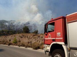 """Πυρκαγιά εν υπαίθρω στον λόφο """"Αράπη"""" στο Βύρωνα"""