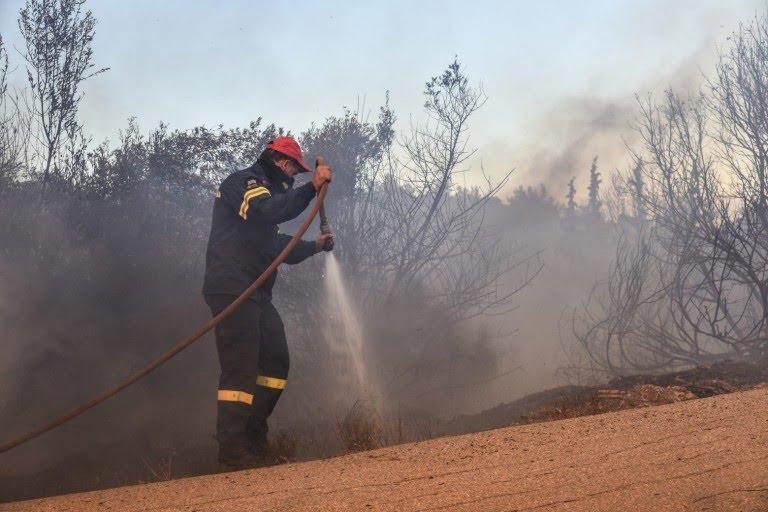 Πυρκαγιά στους πρόποδες του βουνού στην περιοχή Πεντοσκούφι στην Κόρινθο