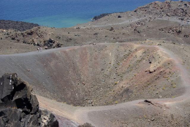 Η θάλασσα «ξυπνάει» το ηφαίστειο της Σαντορίνης