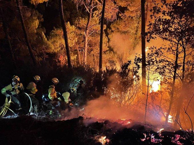 Μεγάλη πυρκαγιά στο θέρετρο Εστεπόνα στην Ισπανία – 500 άνθρωποι εγκατέλειψαν τις εστίες τους