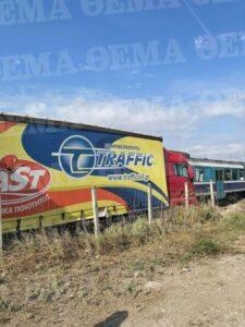 Τρένο συγκρούστηκε με φορτηγό έξω από τη Θεσσαλονίκη.(φωτό)