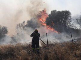 Αναζωπυρώθηκε η πυρκαγιά στην Καστοριά