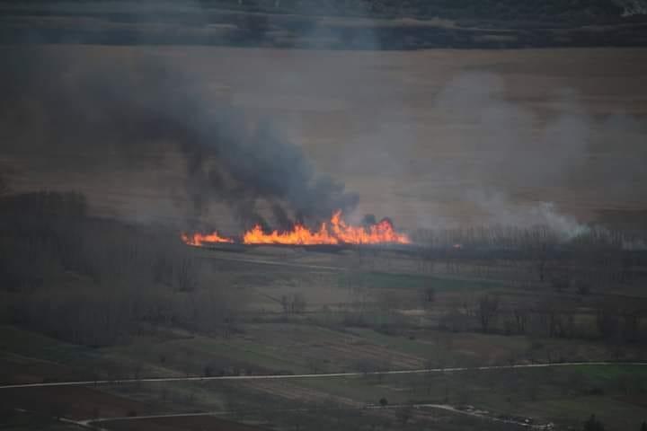 Πυρκαγιά σε καλαμιώνες κοντά στην Καστρίτσα Ιωαννίνων
