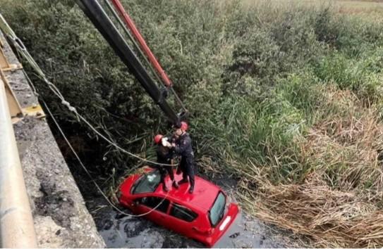 Απεγκλωβίστηκαν 2 γυναίκες από αυτοκίνητο μετά από πτώση του σε κανάλι στη Θέρμη Θεσσαλονίκης.