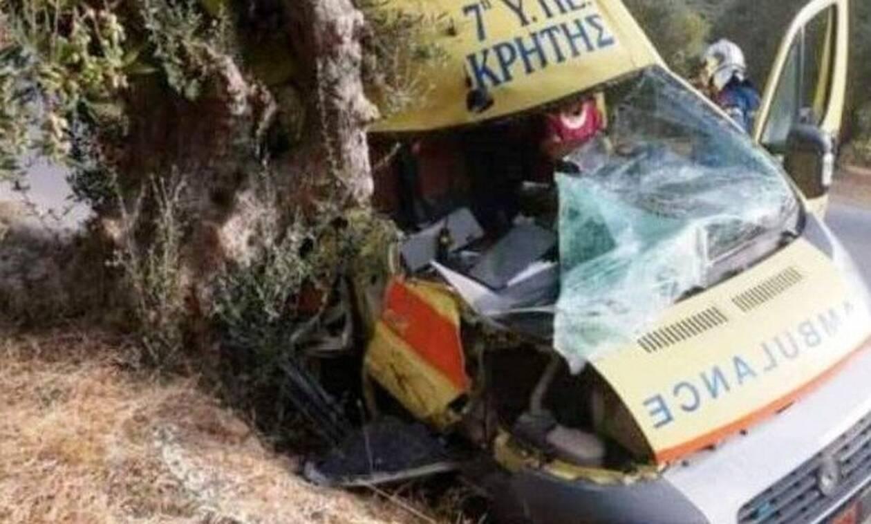 Κρήτη: Ασθενοφόρο του ΕΚΑΒ τράκαρε σε ελιά - Ένας τραυματίας
